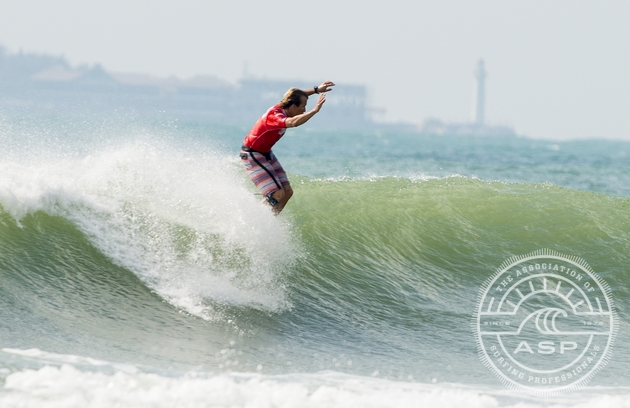 Tony Silvagni (USA) rides the nose on the way to an impressive opening round heat win in China today.   Photo: ASP/Robertson