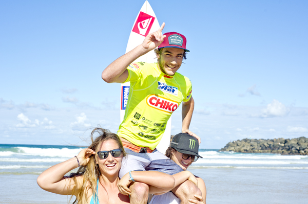 Michael Wright (Lennox Head, NSW/AUS) chaired up the beach by his sisters Tyler and Kirby. Pic ASP/Will H-S